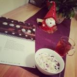 """In Ruhe frühstücken (sonst immer schnell-schnell im Stehen und in Hektik – seit 2015 funktioniert es anders ganz gut). Mit Christmaspunsh-Tee, dem MyMuesli Nürnberg (btw sehr lecker @sandralia @derbeglubbte ♥) und meinem """"Der andere Advent""""-Kalender. #tee #mymuesli #kalender #relax #pmdd17 #startyourdayright"""