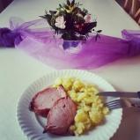 Dinner! Die Family hat mir was vom Mittagessen übrig gelassen. ♥ #pmdd18 #family #dinner #fettdurch2015 #blumendeko #HindrappierenIsTheWord
