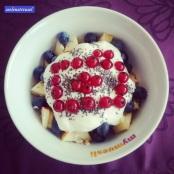 Breakfast! Mit einer (mit viel Phantasie sichtbaren) Kamera für den #pmdd19 📷 Keine Sorge, bald habt ihr die erste Bilderflut überstanden - wenn ich gleich auf Arbeit gehe 😂 #startyourdayright #obst #heidelbeeren #johannisbeeren #banane #apfel #chiasamen #chia #ahornsirup #healthychoices #gesunddurch2015 #hashtagqueen