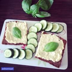Lunchtime! Fitnessbrot mit Brotaufstrich aus Ei und Kräutern, dazu Salatgurke und Basilikum. Lecker!