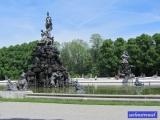 vorne: Fama-Brunnen, hinten: Fortuna-Brunnen